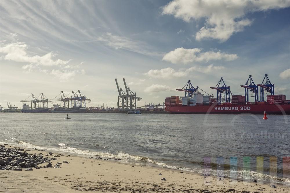 Sommerliche Morgenstimmung: Blick vom Elbstrand in Övelgönne an der Strandperle zum Containerterminal am Burchardkai