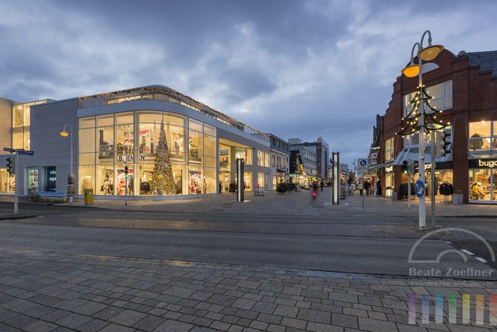 Weihnachtlich geschmücktes und beleuchtetes Stadtzentrum von Westerland/Sylt