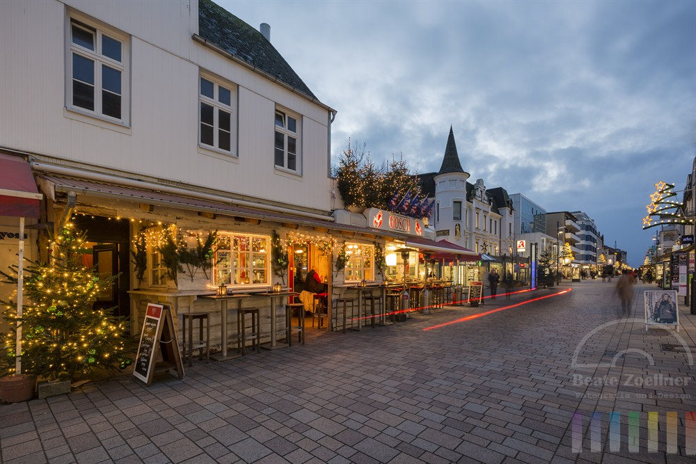 Die Fußgängerzone Friedrichstraße in Westerland/Sylt in weihnachtlicher Beleuchtung zur Blauen Stunde