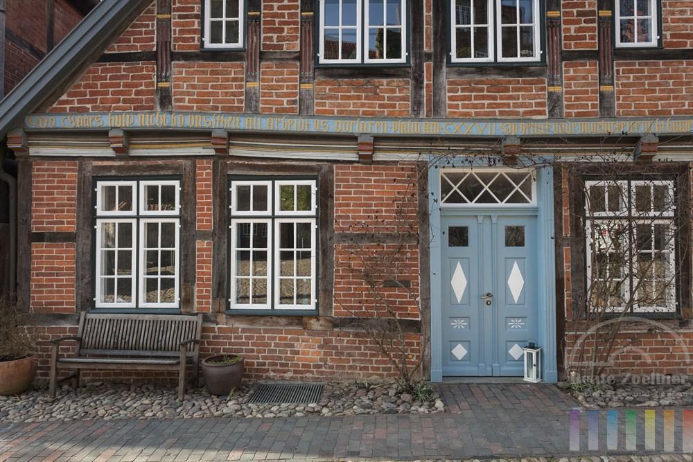 Historisches Wohnhaus aus dem 16. Jahrhundert mit Fachwerk-Fassade und Inschrift  in der Altstadt von Mölln