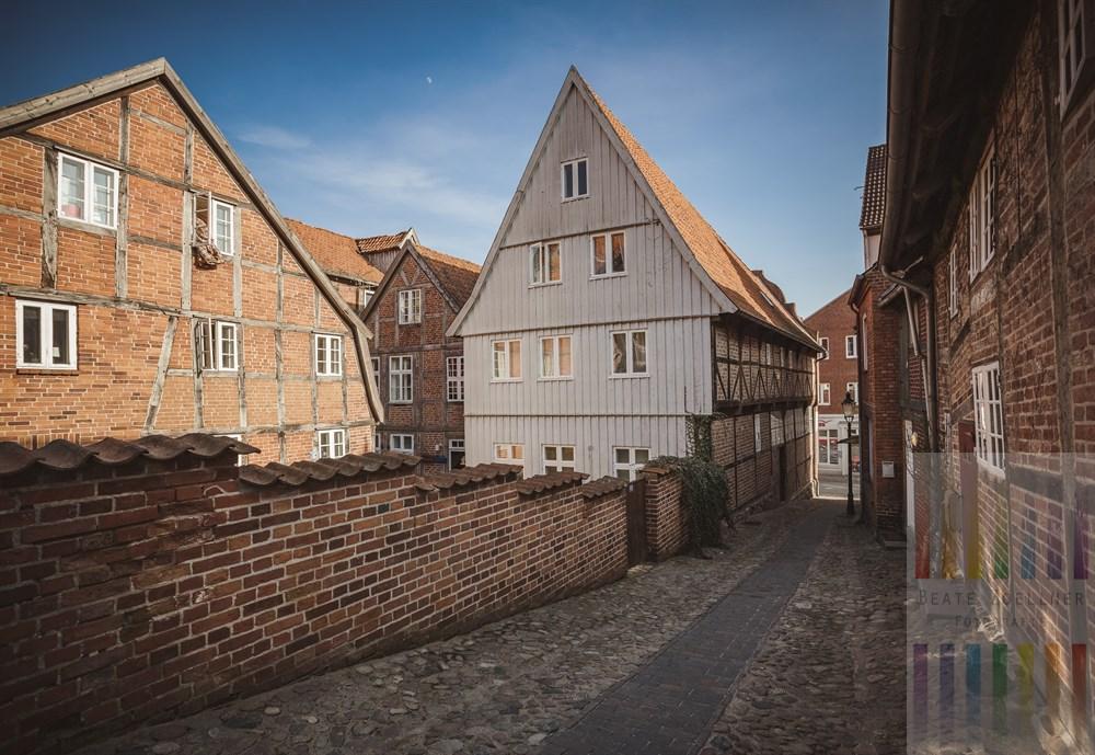 Backstein-Fassaden historischer Fachwerkhäuser säumen eine Kopfsteinpflaster-Gasse in der Altstadt von Mölln (Herzogtum Lauenburg)