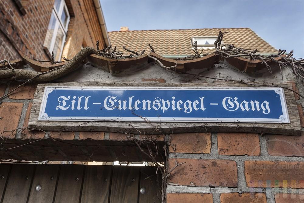 """Strassenschild mit der Aufschrift """"Till-Eulenspiegel-Gang"""" in der Altstadt von Mölln"""
