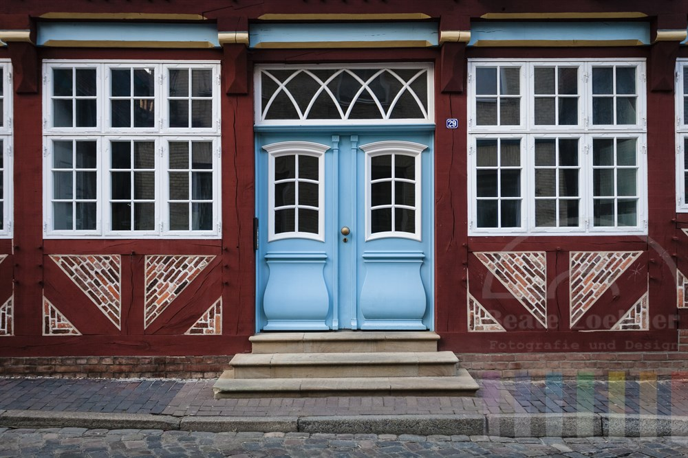 Fassade eines liebevoll restaurierten historischen Fachwerkhauses in der Altstadt von Lauenburg an der Elbe (Kreis Herzogtum Lauenburg)