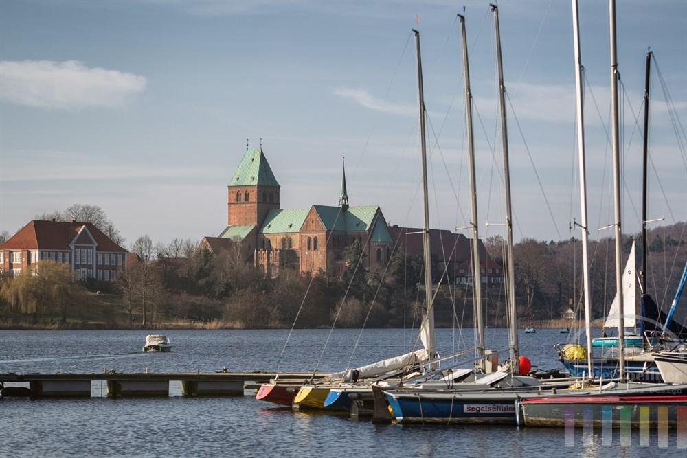 Blick über den Domsee auf den Dom der Stadt Ratzeburg, deren Altstadt auf einer Insel im Ratzeburger Dom liegt, frühlingshaft-sonnig