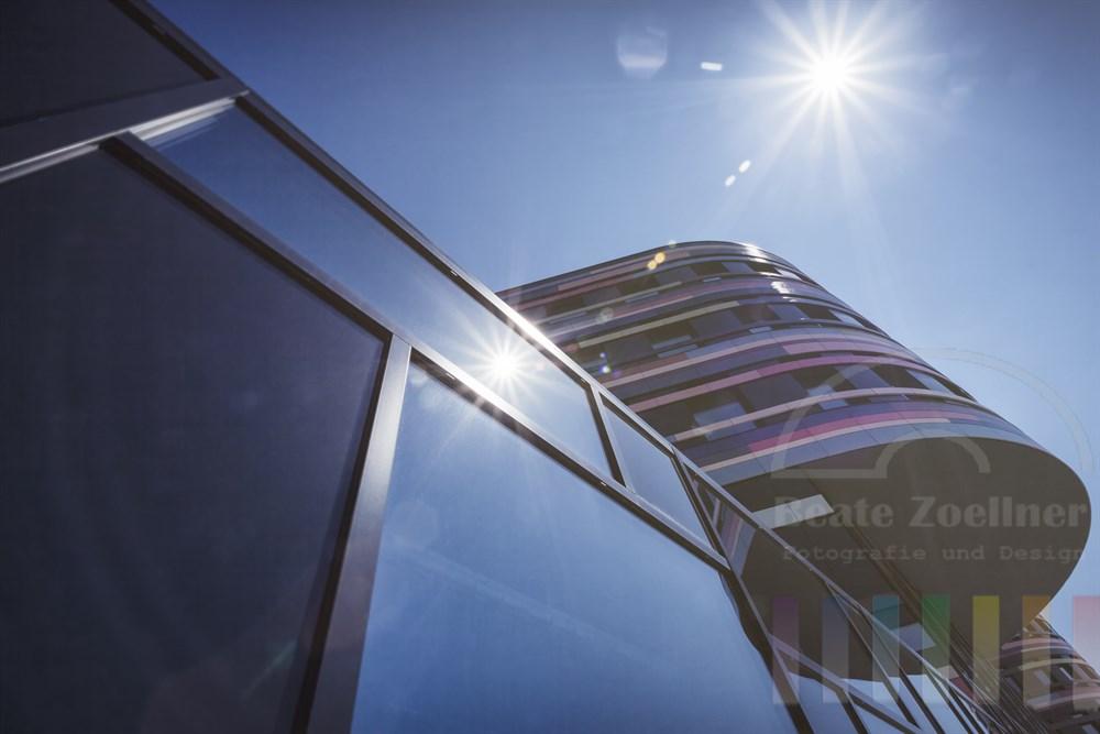 Sonne spiegelt sich in der futuristischen Fassade der Hamburger Behörde für Stadtentwicklung und Umwelt