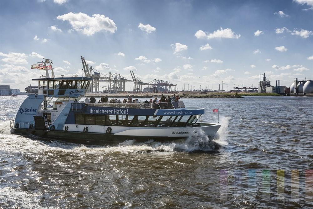 """Hamburger Hafenfähre """"Övelgönne"""" auf der Elbe im Sonnenschein bei kräftigem Westwind. Im Volksmund heißt dieser Schiffstyp auch """"Bügeleisen"""" genannt"""