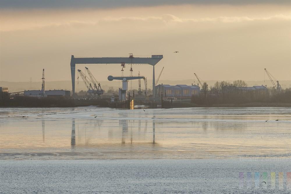 Blick vom Treppenviertel in Hamburg-Blankenese auf die Sietas-Werft an der Este-Mündung in die Elbe in Hamburg-Neuenfelde gilt als einer der weltweit ältesten Schiffbaubetriebe, Abendstimmung