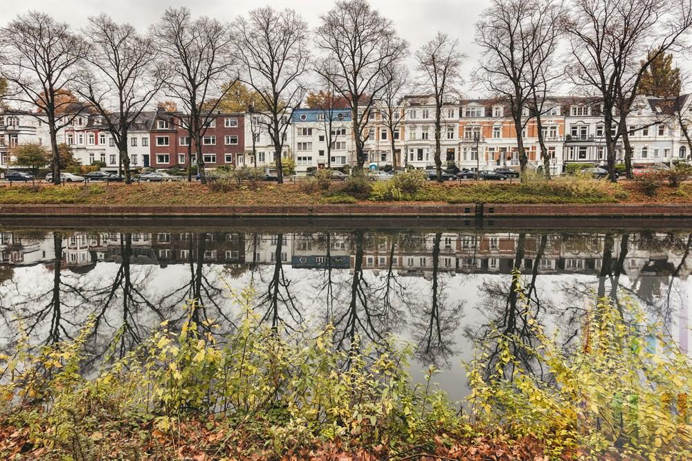 Blick von der Uferstraße über den Hamburger Eilbekkanal auf die Straße Eilenau mit ihren zum Teil historischen Fassaden, herbstlich