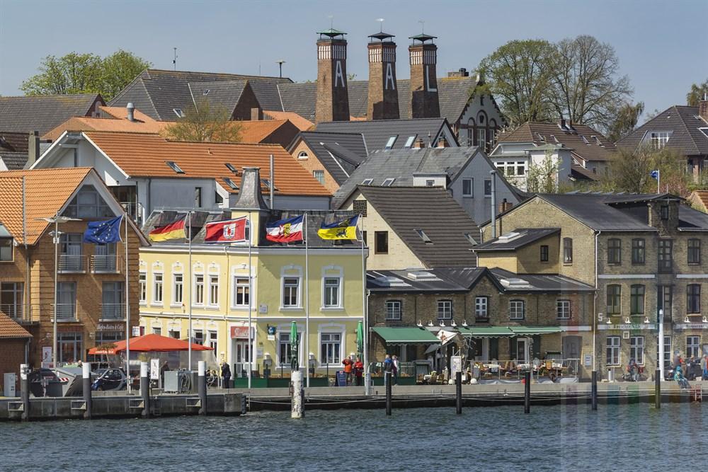 """Die """"Skyline"""" von Kappeln an der Schlei mit den drei Schornsteinen der Fischräucherei Föh - sie sind eines der Wahrzeichen der Stadt"""