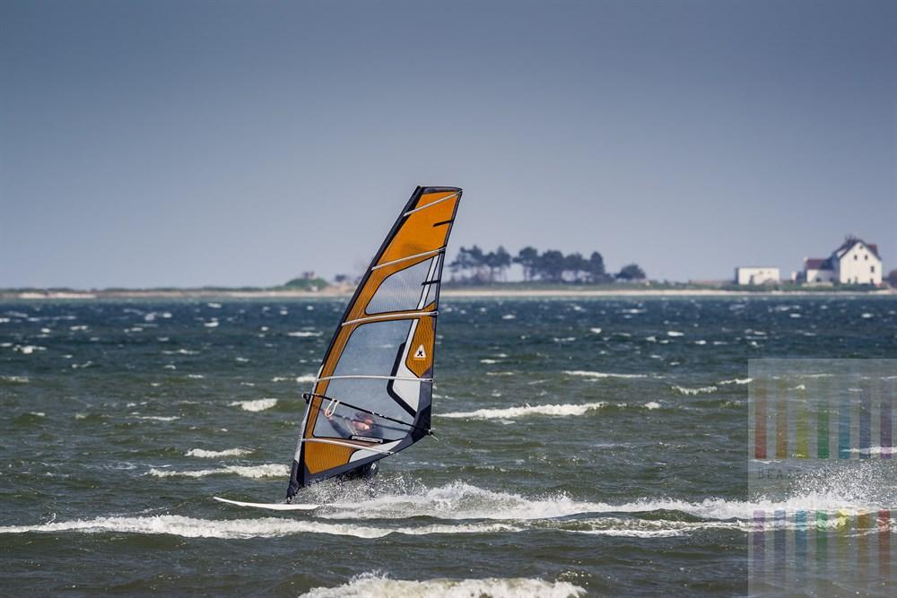 Windsurfer fährt mit hohem Tempo über das Wasser der Schlei vor Maasholm