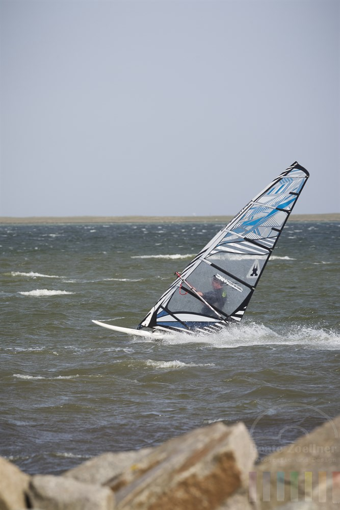 Windsurfer auf der Schlei vor Maasholm, sonnig.