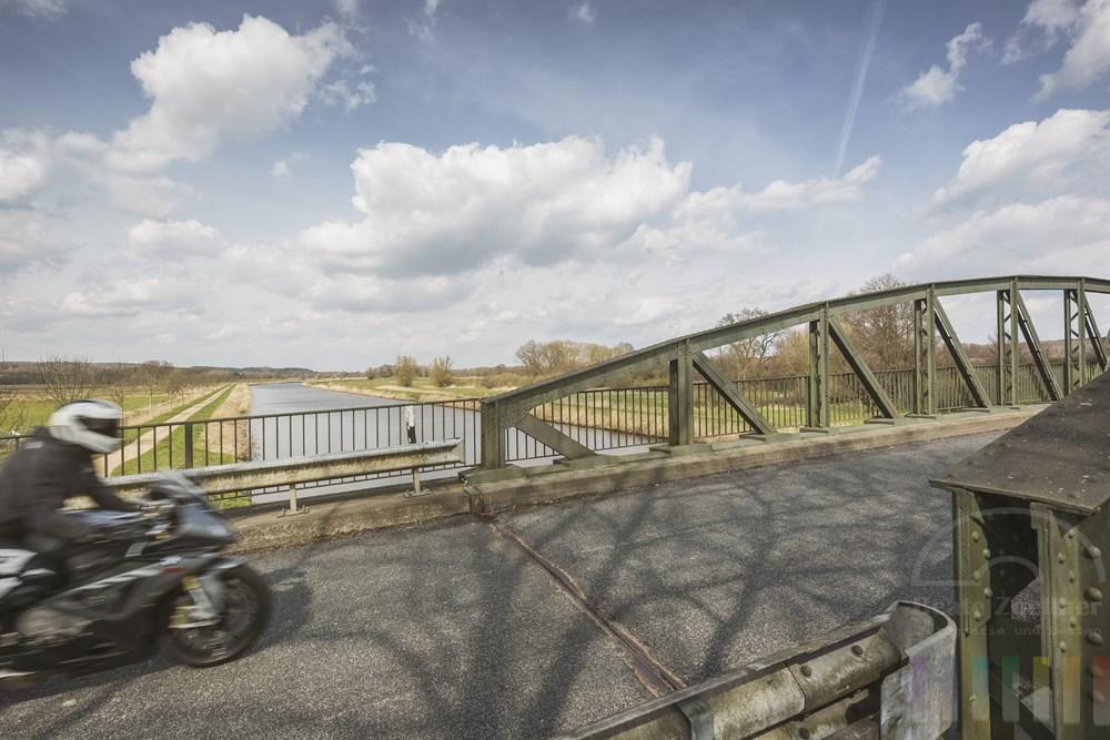 Brücke überquert im Verlaufe der L199 zwischen den Ortschaften Kühsen und Anker im Kreis Herzogtum Lauenburg den Elbe-Lübeck-Kanal und die alte Salzstraße. Ein Motorradfahrer passiert die Brücke