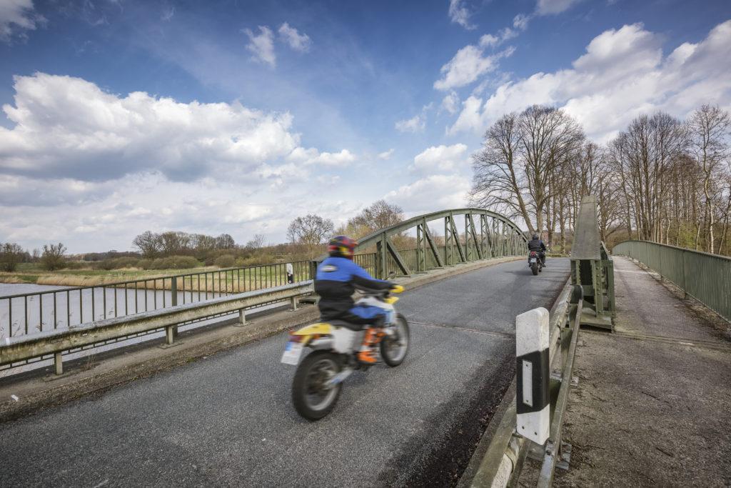 Zwei Motorradfahrer überqueren auf ihrer Frühlingstour eine Brücke über den Elbe-Lübeck-Kanal.