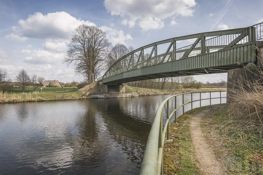 Brücke überquert im Verlaufe der L199 zwischen den Ortschaften Kühsen und Anker im Kreis Herzogtum Lauenburg den Elbe-Lübeck-Kanal und die alte Salzstraße