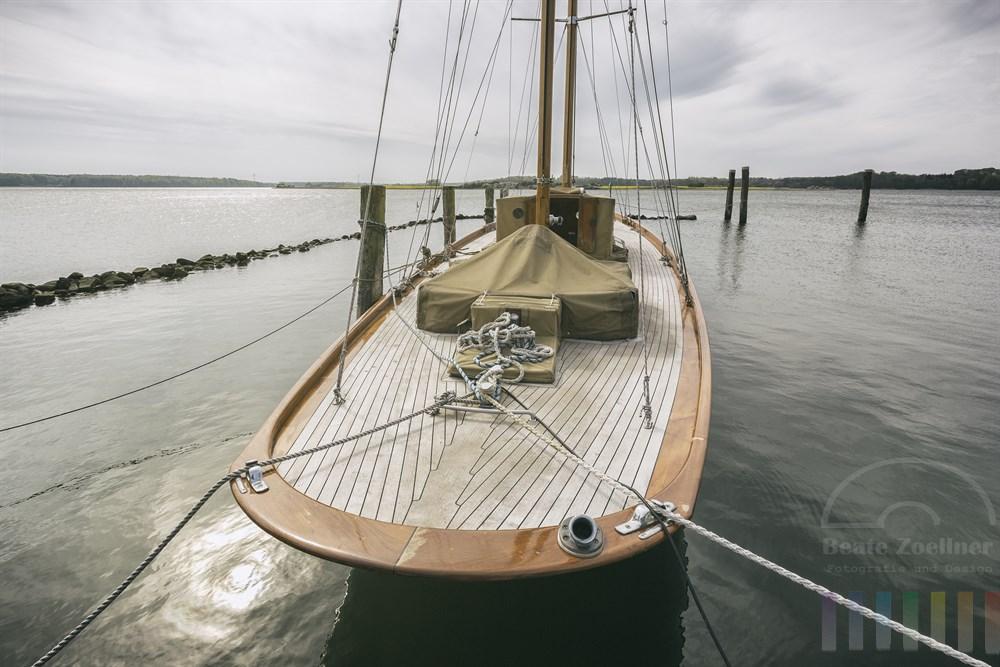 """Klassische Segelyacht """"Mingary"""" (Baujahr 1929) liegt nach der noch nicht vollständig abgeschlossenen Restauration am Ufer der Schlei in Maasholm"""
