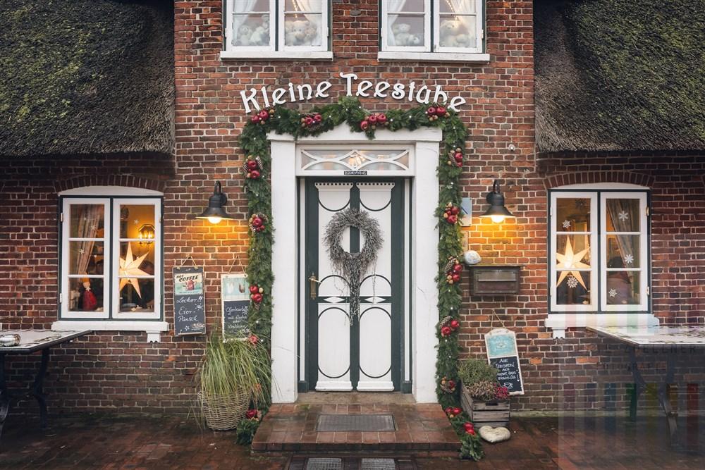 """Weihnachtlich geschmückter und dekorierter Eingang zum gemütlichen Gastronomiebetrieb """"kleine Teestube"""" in Keitum/Sylt"""