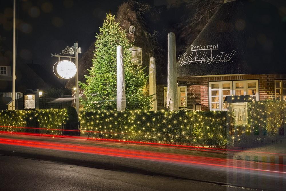 """Traditions-Restaurant """"Web-Christel"""" in Westerland/Sylt im weihnachtlichen Lichterglanz, Nachtaufnahme"""