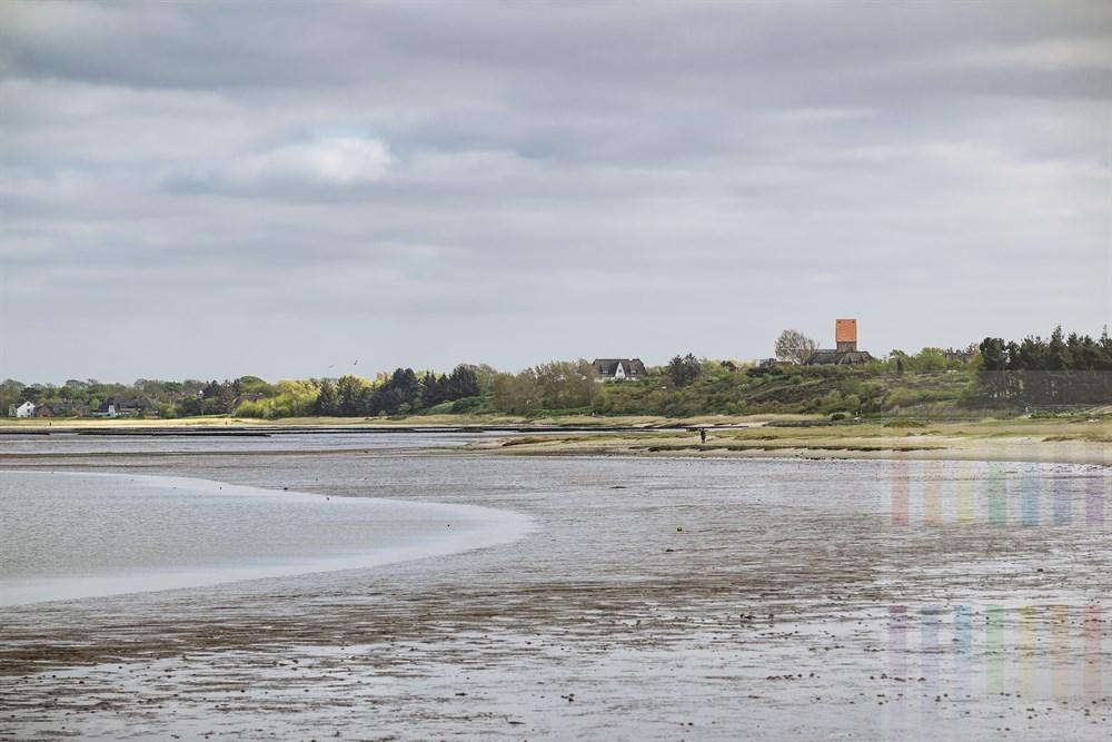 Blick von Munkmarsch über das Watt bei Niedrigwasser auf das Dorf Keitum mit dem Kirchturm von St. Severin, frühlingshaft