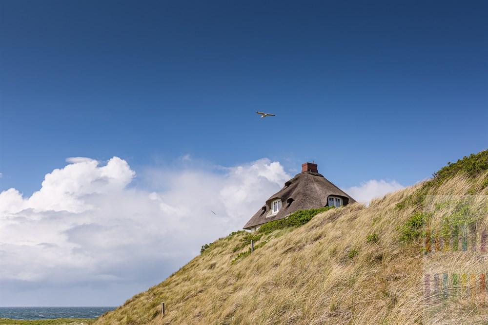 Reetdachhaus mit Blick über die Nordsee steht hoch auf einer Düne in der Hörnumer Kersig-Siedlung. Hier stehen einige der teuersten Immobilien der Insel
