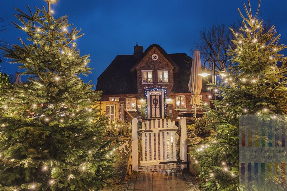 Weihnachtlich geschmücktes Reetdachhaus in Keitum/Sylt. Es beherbergt die Kleine Teestube, einen beliebten gastronomischen Betrieb