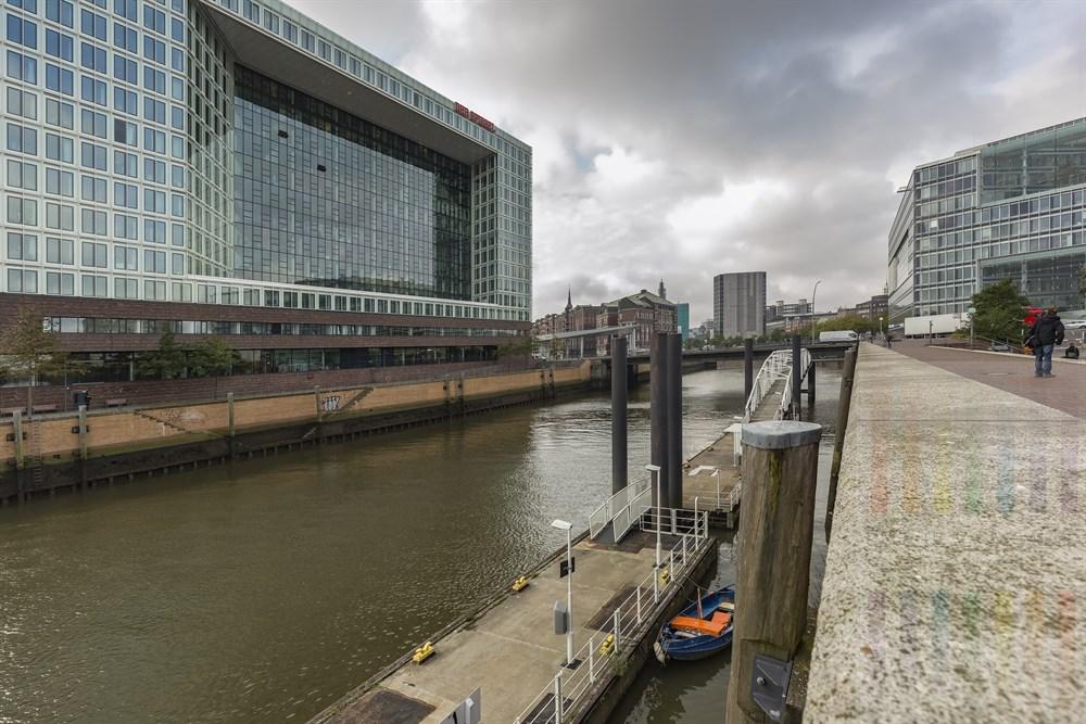 Das Spiegel-Verlagsgebäude auf der Ericusspitze in Hamburg. Im Hintergrund hinter Planen und eingerüstet steht das ehemalige Spiegel-Haus. Links davon die Speicherstadt. Im Gebäude am rechten Bildrand ist das ZDF-Landesstudio Hamburg beheimatet (Blick von den Deichtorhallen)
