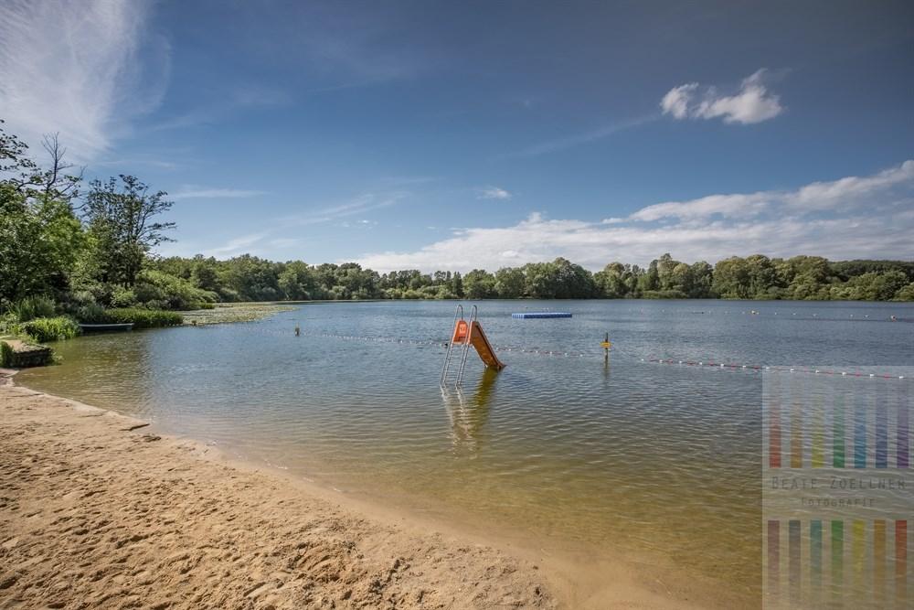 Sommertag am Poggensee in Bad Oldesloe. Hier gibt es ein Natur-Freibad mit kleinem Strand