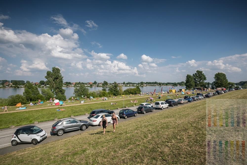 """Blick vom Elbdeich auf den Hohendeicher See (im Volksmund auch """"Oortkaten"""" genannt) an einem heißen Sommertag. Hamburger nutzen den durch Deichbau entstandenen See als Naherholungsgebiet."""