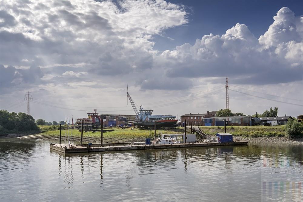 Die kleinste Hamburger Schiffswerft liegt im Bezirk Bergedorf direkt am Hafen Oortkaten. Hier werden u. a. die Hamburger Hafenfähren gebaut, gewartet und repariert