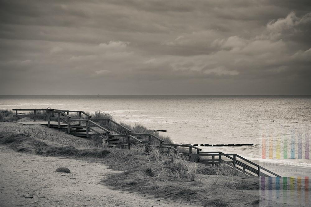 Herbstliche Ruhe und Einsamkeit am Roten Kliff in Kampen/Sylt, monochrom