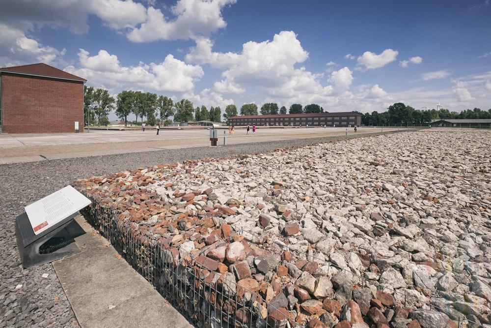 Auf dem weitläufigen Gelände des ehemaligen Konzentrationslagers in Hamburg-Neuengamme. Die Flächen mit Bauschutt symbolisieren die Standorte der ehemaligen Häftlings-Baracken