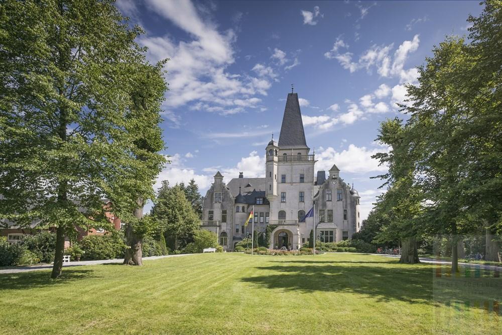 Das Schloss Tremsbüttel im schleswig-holsteinischen Kreis Stormarn stammt aus dem 19 Jahrhundert und dient heute als Hotel und Tagungsstätte. Es ist im Besitzt der Hamburger Pharmaunternehmer-Familie  Strathmann