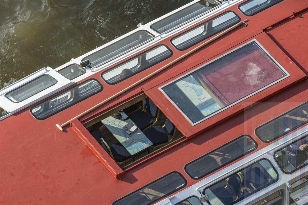 """Das Flachschiff """"Fleetenkieker"""" der Hamburger Alster Touristik unterwegs auf Fleetfahrt, fotografiert vom obersten Stockwerk des Internationalen Maritimen Museums"""