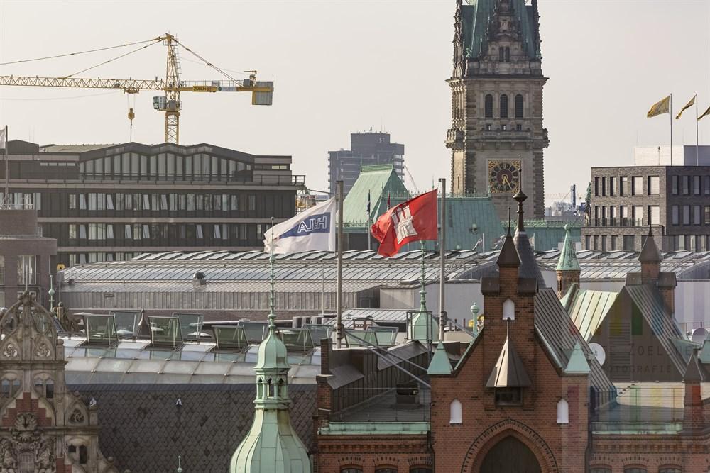 Blick vom Internationalen Maritimen Museum Hamburg über die Speicherstadt bei St. Annen zum Turm des Rathauses der Hansestadt