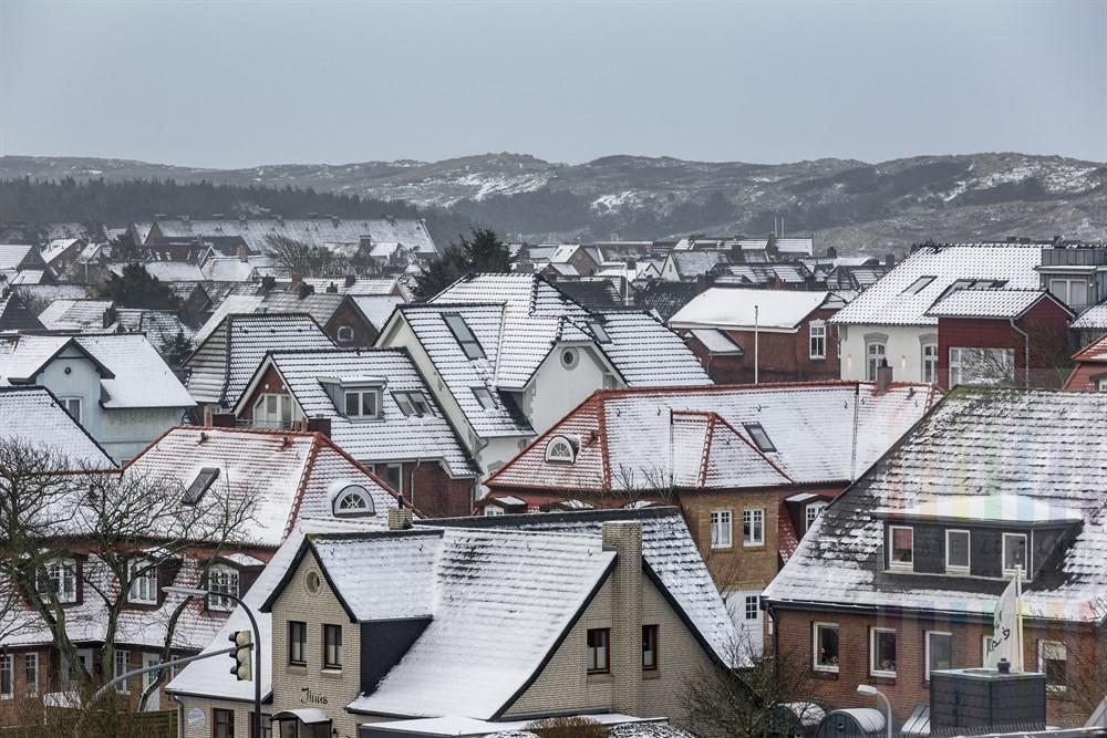 Schnee liegt auf Dächern von Westerland/Sylt