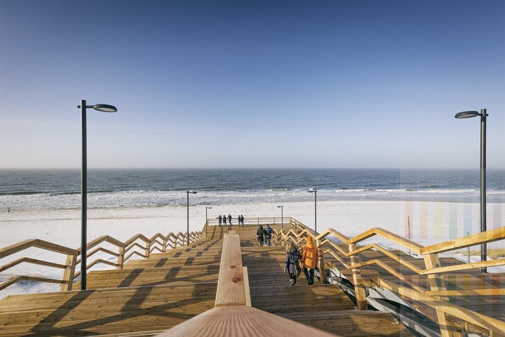 Noch nicht ganz fertig gestellt, aber schon freigegeben: Die neue Strandtreppe in Wenningstedt/Sylt. Ein Treppenlift wird noch installiert, so daass der Zugang von der Promenade zum Strand zukünftig barrierefrei sein wird.