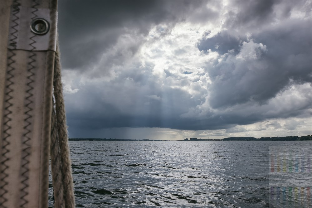 Dramatische Wolkenstimmung während eines Segeltörns auf der Schlei Nähe Winnemark und ARnis