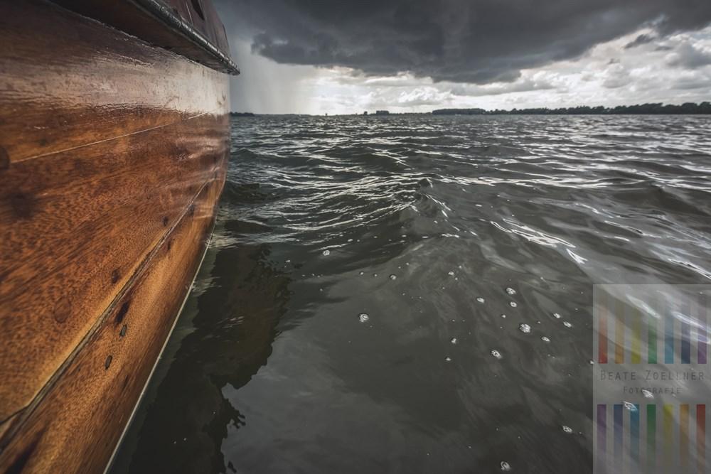 Dunkle Regenwolken über der Schlei verheissen Nasses von oben für die Besatzung des hölzernen, historischen Segelkutters