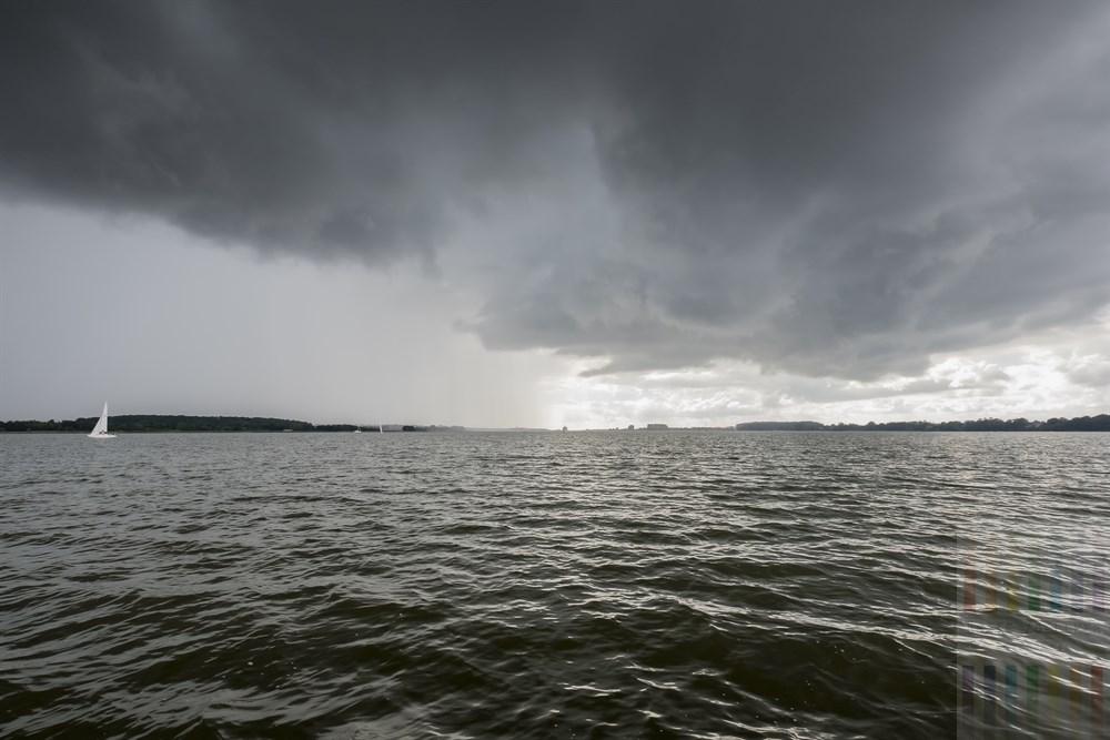 Bleigraue Regenwolken hängen über der Schlei südlich von Arnis, nur wenige Schiffe sind auf dem beliebten Segelrevier unterwegs