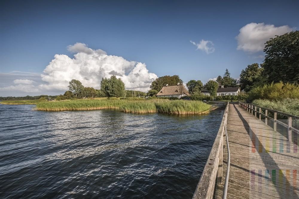 Bade- und Bootssteg in Sieseby an der Schlei an einem sommerlichen Spätnachmittag
