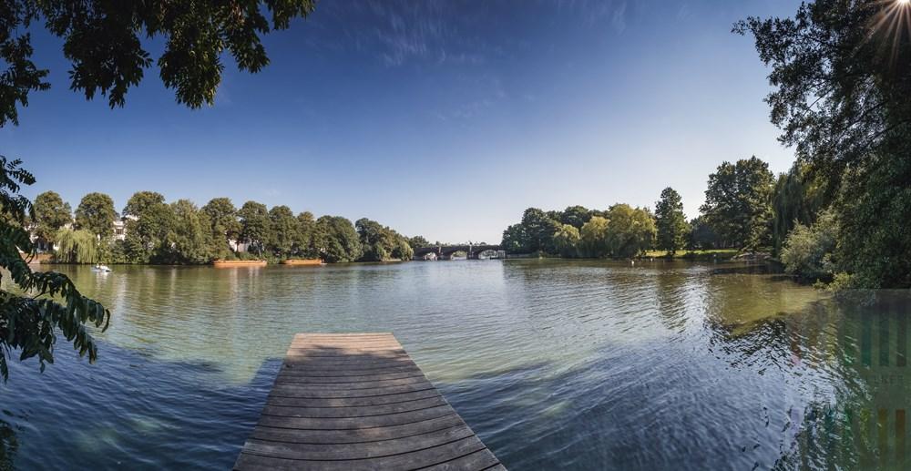Spätsommer-Nachmittag im Hamburger Eichenpark am Ufer der Hamburger Außenalster mit Blick auf die Krugkoppelbrücke, Panorama-Aufnahme aus 22 hochformatigen Einzel-Fotos