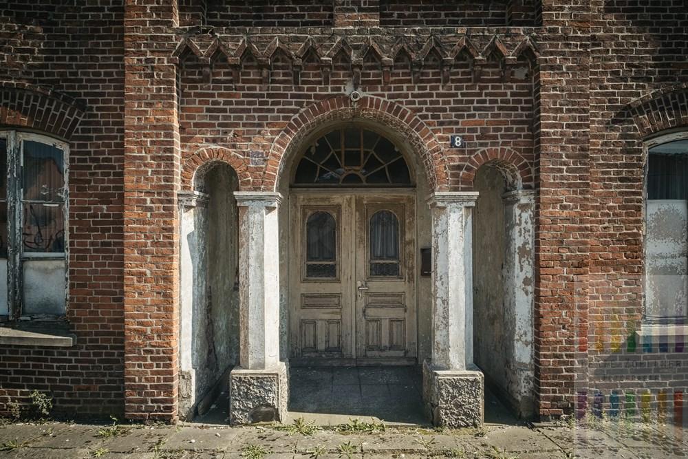 Altes Wohnhaus in Hamburg-Neuenfelde steht leer und verfällt zusehens. Die Architektur zeugt noch von früherem Wohlstand