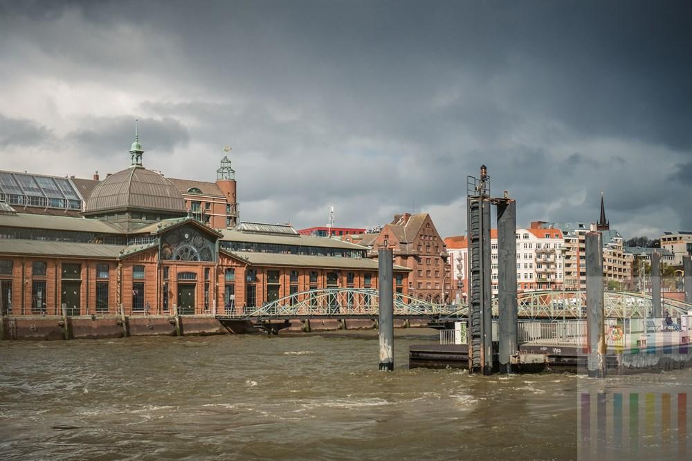 """Blick von Bord der Elbfähre """"Kleine Freiheit"""" über die Elbe auf den Schiffsanleger am Hamburger Fischmarkt und die historische Fischauktionshalle,"""