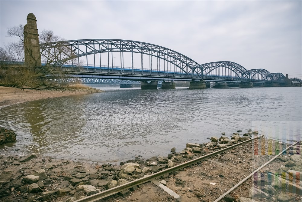 Blick vom Ufer der Süderelbe auf die historische Alte Harburger Elbbrücke, die seit ihrer Sanierung für den Autoverkehr gesperrt ist.