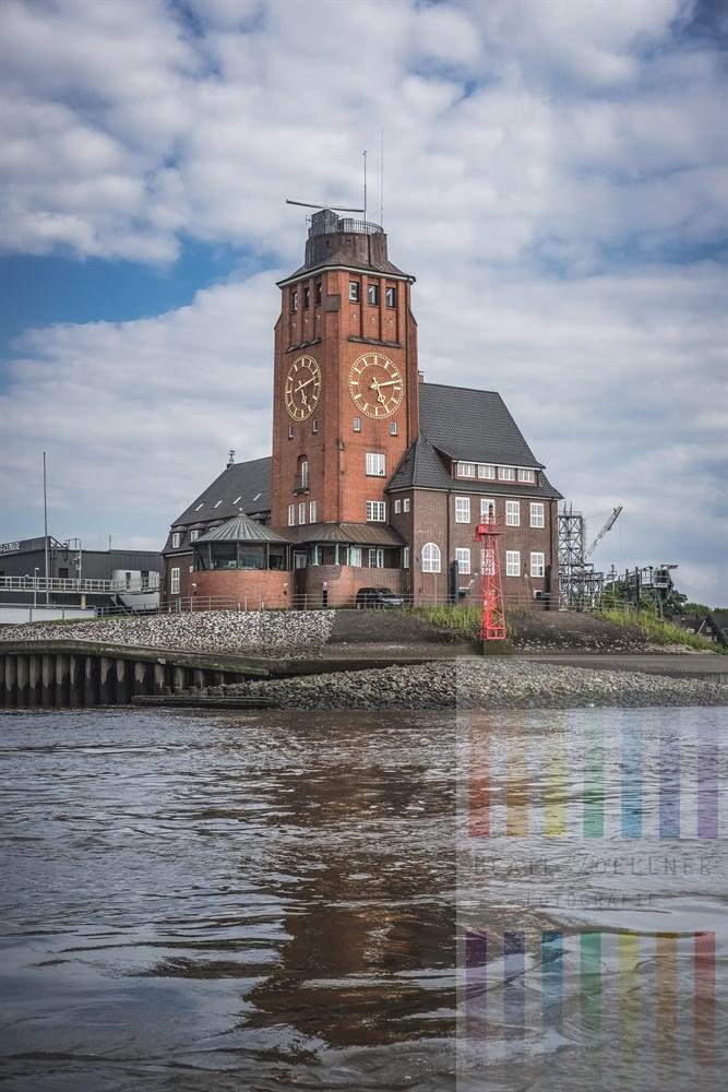 Das Lotsenhaus Seemannshöft (Baujahr 1914) steht am Elbufer in Waltershof an der Einfahrt zum Hamburger Hafen. Es beherbergt aus den Schiffsmeldedienst sowie die Nautische Zentrale