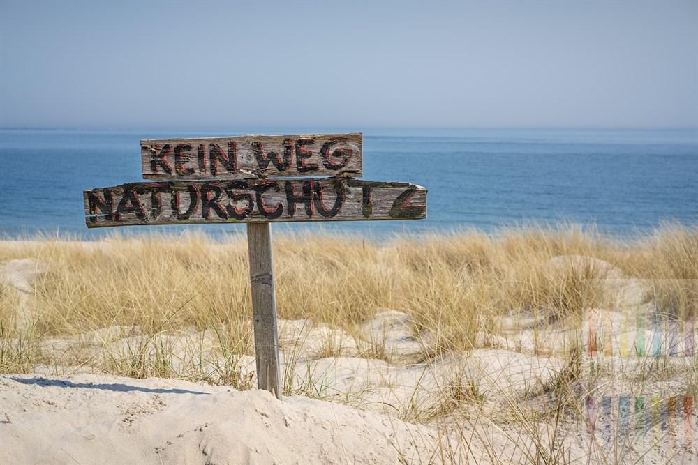 """Handbemaltes Holzschild mit der Aufschrift """"Kein Weg Naturschutz"""" steht in den Dünen am Oststrand von Hörnum/Sylt"""