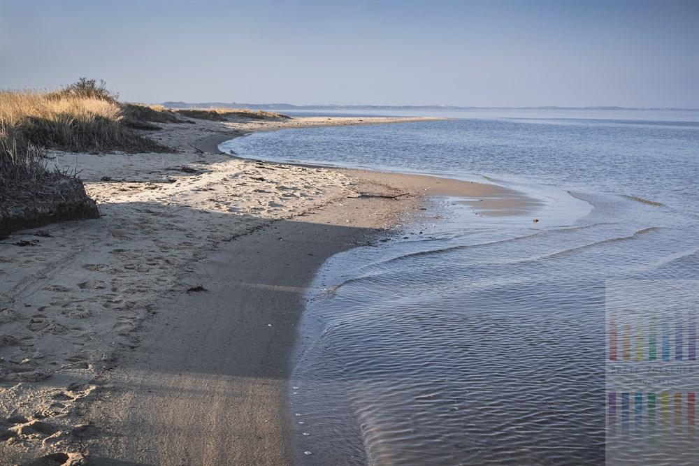 Die ruhige Wattenmeerküste von Kampen/Sylt im Licht der abendlichen Frühlingssonne