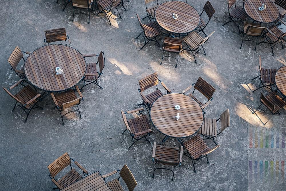 Leere Tische und Stühle in einem Biergarten, Aufsicht