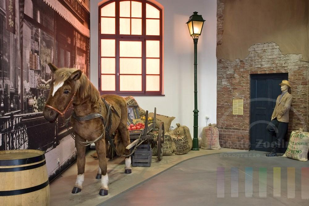 Nachbau einer historischen Strasseszene in New York, das Plüschpferd bewegt sich und schnaubt. Es ist das Lieblingsausstellungtück von vielen kleinen Mädchen