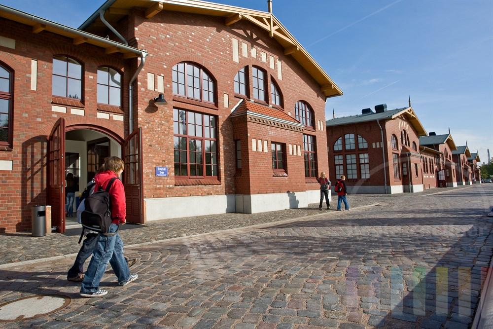 Auswanderstadt Ballinstadt, Aussenansicht Südseite, Schüler gehen vor den Gebäuden über das Kopfsteinpflaster
