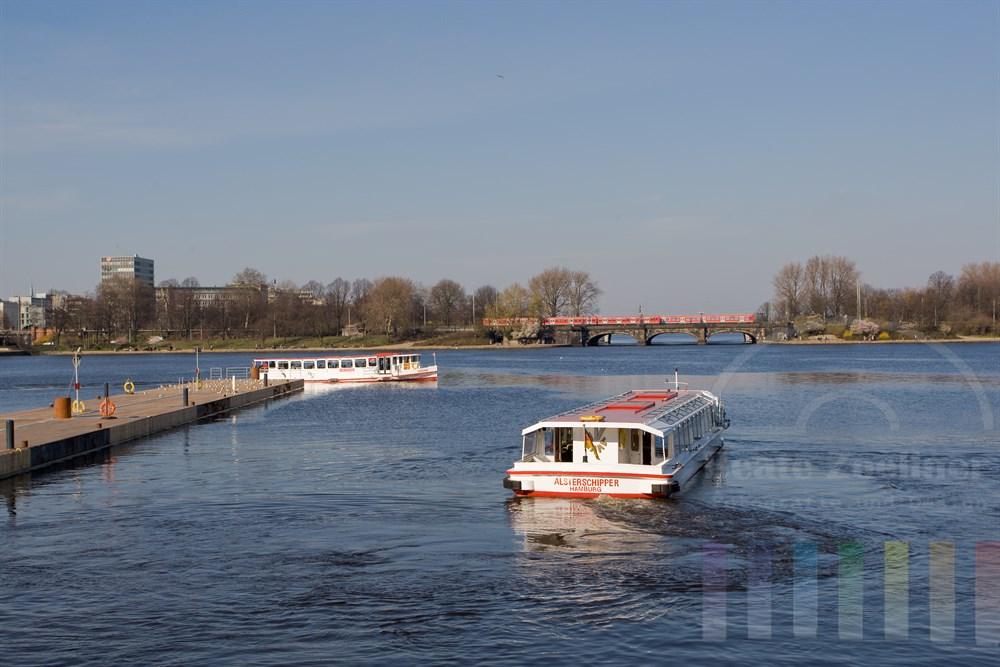 Binnenalster mit Alster-Ausflugsschiffen und Zügen auf der Lombardsbrücke